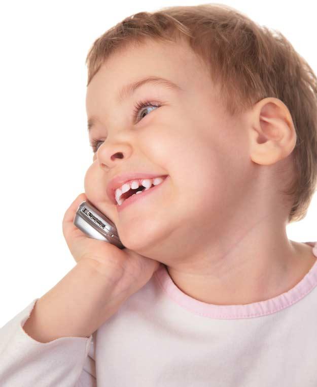 Junge beim Telefonieren