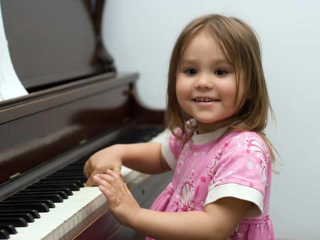 Kind bei der Musiktherapie
