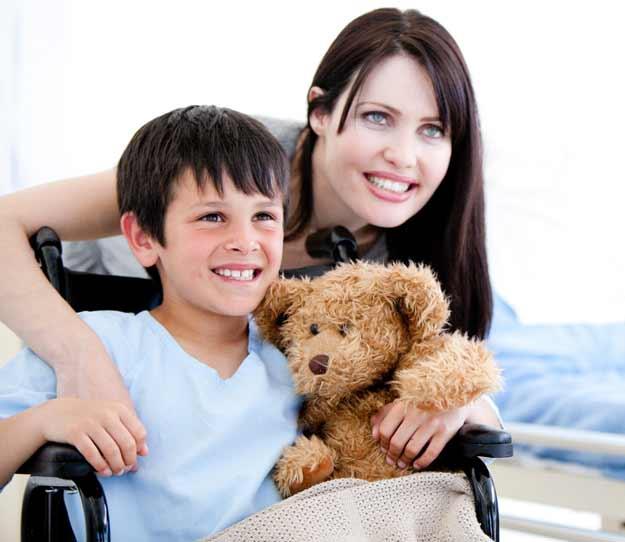 Frau und Kind im Rollstuhl