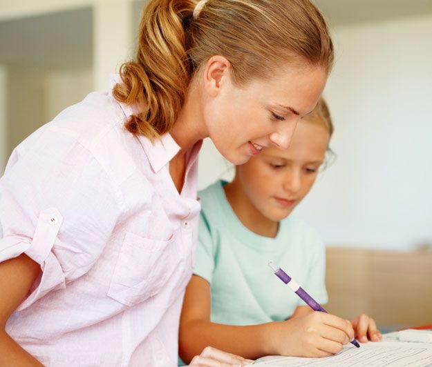 Eine Mutter hilft ihrer Tochter bei den Hausaufgaben.