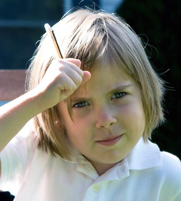 Ein Mädchen bei den Hausaufgaben.
