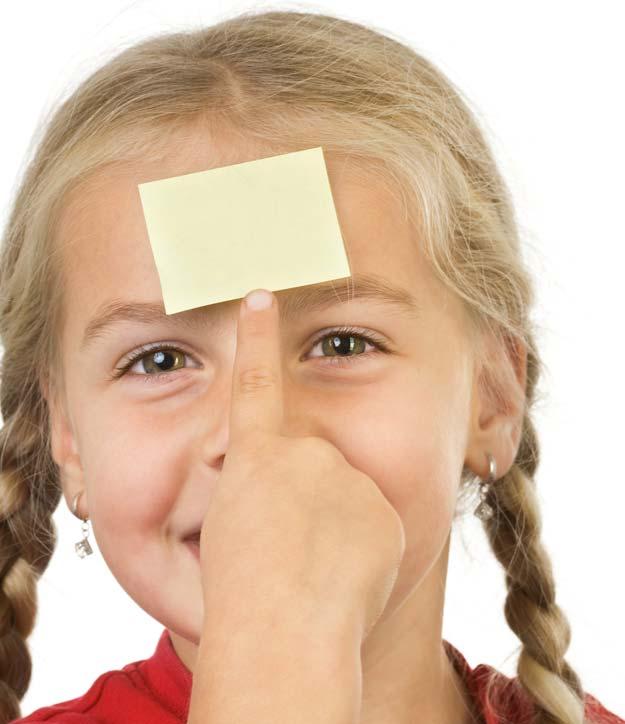An der Stirn eines kleinen Mädchens klebt ein Stück Papier.