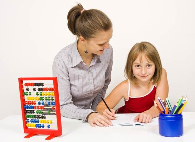 Kind lernt mit Mutter