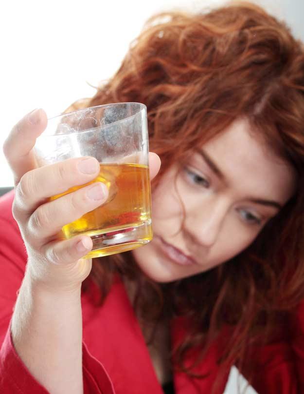 Eine Frau trinkt Alkohl