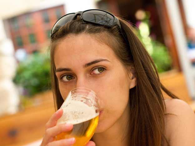 Frau trinkt eine Bier