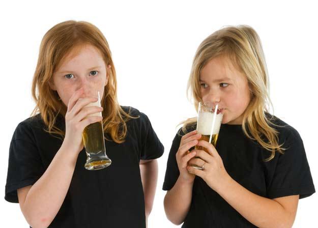 Jugendliche trinken Bier.