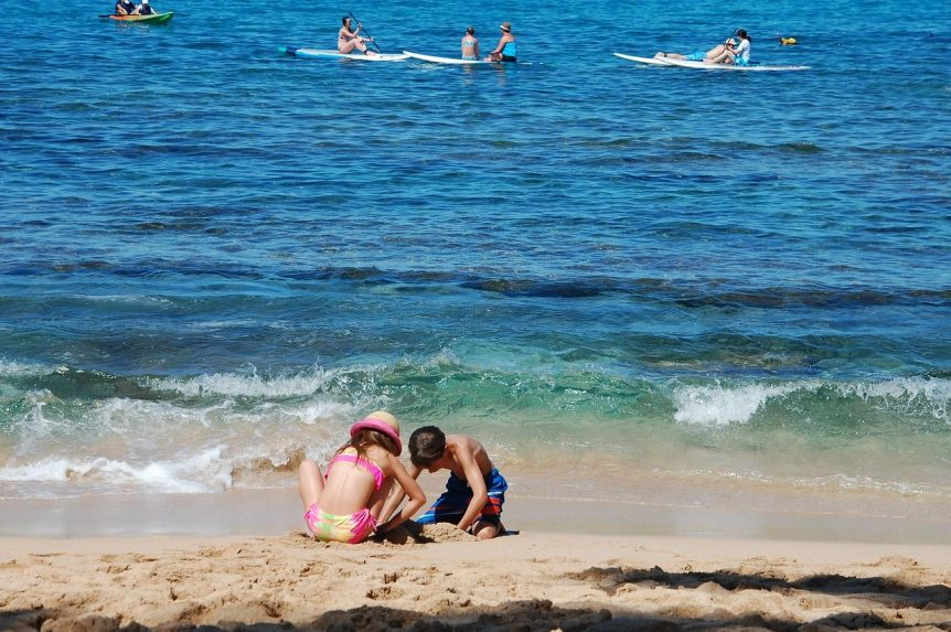 Kinder am Strand beim Spielen
