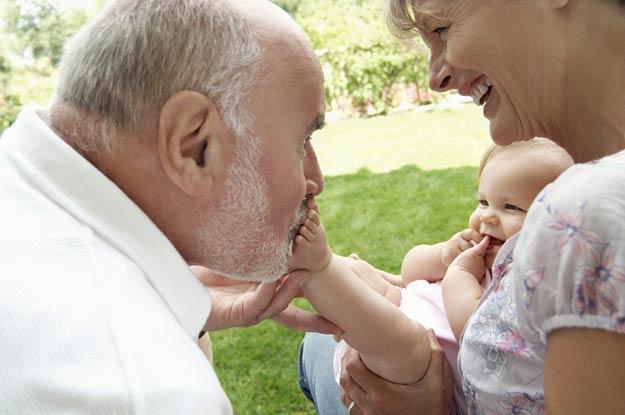 Großeltern spielen mit der Enkeltochter