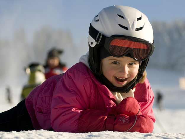 Mädchen mit Ski-Helm
