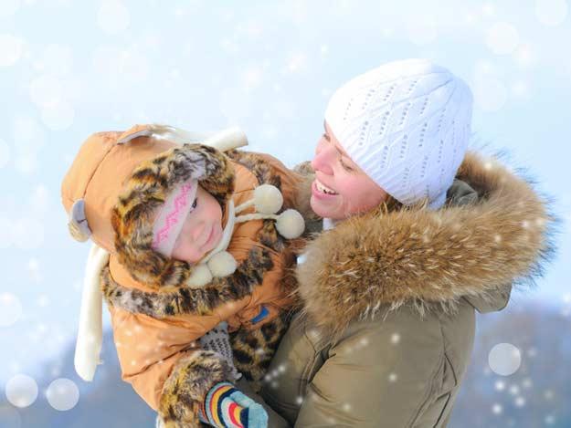Mutter mit Tochter im Winter