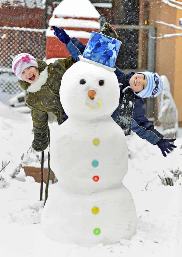 Kinder haben einen Schneemann gebaut