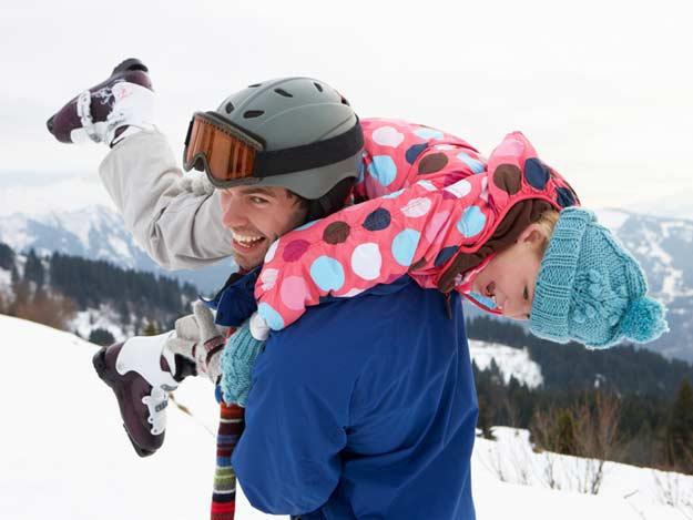Vater mit Kind auf der Ski Piste