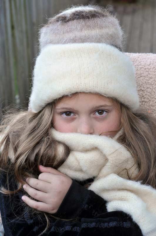 Mädchen mit warmer Mütze und Schal